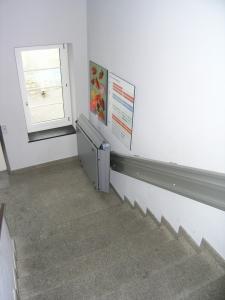 Rollstuhllift Hiro 350Z innen, Wandmontage in Schulhaus, untere Haltestelle geschlossen