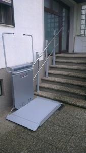 Rollstuhllift PLG7 über Aussentreppe mit 7 Stufen, Stützenmontage, untere Haltestelle, Plattform geöffnet