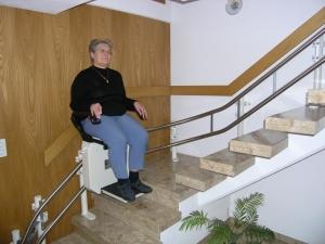 Treppenlift in Privathaus, Aussenläufer, Sitzlift während der Fahrt
