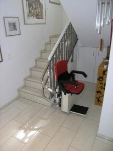 Treppenlift in unterer Haltestelle, seitlich der Treppe, nach 180°-Kurve