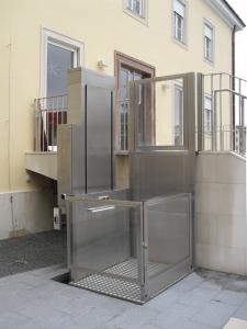 Hebelift im Aussenbereich, Zugang zu Treppenpodest, öffentliches Gebäude