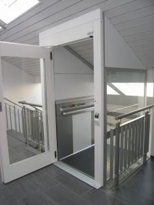 Homelift Kalea A4 ohne Schachtkopf, Einpassung in die überliegende Dachschräge