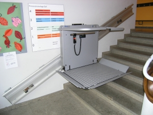 Plattformlift für Rollstuhl Hiro 350Z innen, Wandmontage in Schulhaus, Plattformtreppenlift während Fahrt