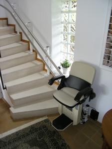 Treppenlift in Wohnhaus, Sitzlift Hiro 160 Aussenläufer an der unteren Haltestelle