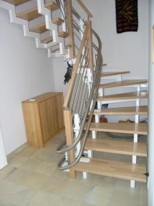 Treppenlift in Einfamilienhaus, als Innenläufer für minimalen Platzbeadrf