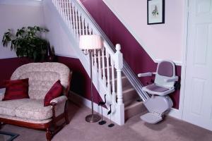 Treppenlift über schmale Treppe im Innenbereich, Sitzlift unten ausgeklappt