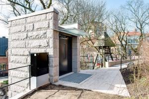 Warenlift im Aussenbereich bei Friedhofskapelle, oberer Zugang