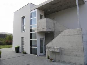 Aussenlift integriert in den Zugang eine Mehrfamilienhauses, eine Front komplett verglast