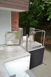 Hebelift MB1800, Nullbarriere für Rollstuhlfahrer, Aussenbereich bei Einfamilienhaus, obere Haltestelle mit Türe