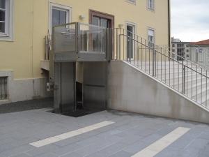 Hublift aussen, behindertengerechter Zugang für Rollstuhlfahrer, öffentliches Gebäude
