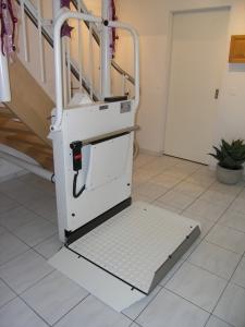 Rollstuhllift Hiro 320 über Treppe in Einfamilienhaus, Sonderstützen, Haltestelle unten, offen