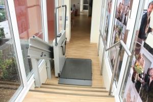Rollstuhllift Hiro 350Z im Innenbereich über 3 Stufen, Montage an Stützen, untere Haltestelle, Plattform offen