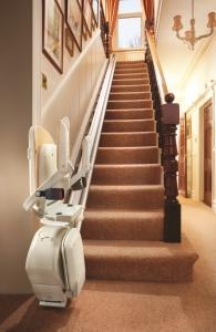 Treppenlift für lange gerade Treppe innen, Sitzlift unten geschlossen