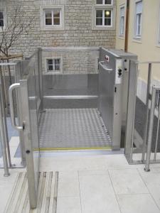 Hebebühne für Rollstuhl Alpin Z300 aussen, Zugang zu Treppenpodest bei öffentlichem Gebäude