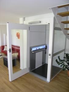 Aufzug behindertengerecht, Homelift für Rollstuhlfahrer in Einfamilienhaus
