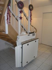 Plattformlift für Rollstuhl über Treppe in Einfamilienhaus, Sonderstützen, Haltestelle unten, geschlossen