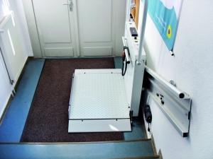 Plattformtreppenlift H350Z innen, Wandmontage, untere Haltestelle, Plattform offen