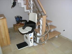 Treppensitzlift in unterer Haltestelle nach 180°-Kurve, Sitzlift fahrbereit