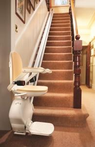 Treppenlift für lange gerade Treppe innen, Sitzlift unten offen