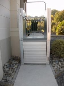 Hebebühne H450 aussen, für barrierefreien Zugang für Rollstuhl zum Privathaus