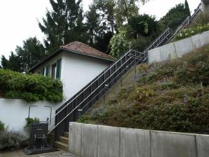 Plattformlift für Rollstuhl über lange Aussentreppe mit geringer Breite, Stützen auf den Stufen montiert