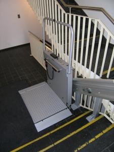 Plattformlift innen, über 3 Stufen, als Zugang für Rollstuhl zu Liftetage in Mehrfamilienhaus