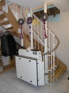 Rollstuhllift mit Plattform Hiro 320 in einem EFH, Sonderstützen, Haltestelle nach 180°-Kurve