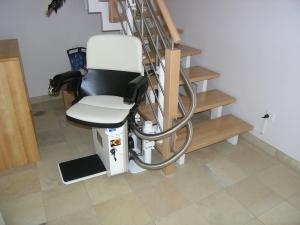 Treppenlift untere Haltestelle nach 180°-Kurve, mit automatisch ausgedrehtem Sitz