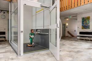 Nachträglich eingebauter Warenlift in öffentlichem Gebäude (Schulhaus). Lift wird in diesem Fall auch als Personenaufzug verwendet.