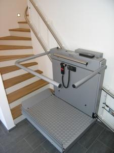 Plattformlift Hiro 320 für Rollstuhlfahrer in einem Einfamilienhaus, Wandmontage, während der Fahrt von unten