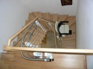 Treppenlift über 2 Kurven während der Fahrt, Ansicht des Fahrbahnverlaufs
