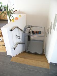 Rollstuhllift Hiro 320 über schmale Treppe in Einfamilienhaus, während Fahrt von oben