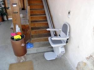 Treppenlift über schmale Holztreppe aussen, Sitzlift offen