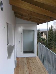 Senkrechtlift aussen in Wohnhaus, ohne Unterfahrt und ohne Überfahrt, Zugang über Balkon