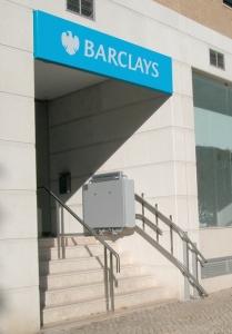 Rollstuhllift aussen über 6 Stufen, Zugang zu öffentlichem Gebäude (Geschäftshaus), Plattform an der oberen Haltestelle geschlossen