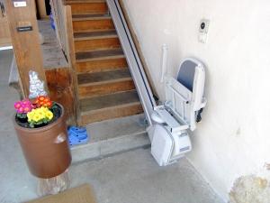 Treppenlift über schmale Holztreppe aussen, Sitzlift geschlossen