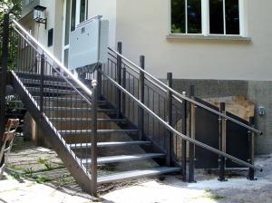 Plattformlift für Rollstühle draussen, über Metalltreppe mit 9 Stufen, Haltestelle unten nach Kurve, Plattform oben geschlossen