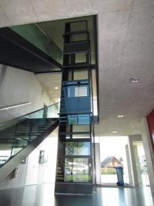 Nachträglicher Einbau eines Aufzugs in einem Schulhaus, Montage im Treppenauge
