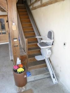 Treppenlift für schmalen Laubenaufgang während der Fahrt