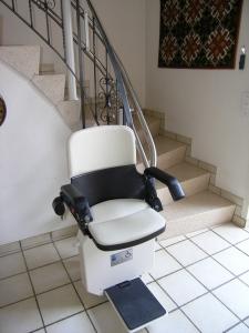 Treppenlift Hiro 160 Innenläufer, Haltestelle unten seitlich im Flur, Sitzlift offen