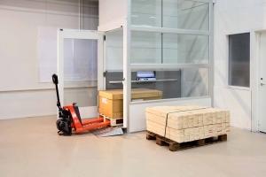 Nachträglich eingebauter Warenlift im Warenlager einer Firma, ohne Unterfahrt, Nutzlast 1000 kg