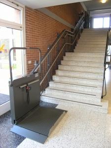 Plattformlift Hiro 320 für Rollstühle in einem Schulhaus, untere Haltestelle, offen