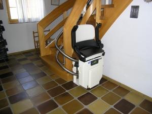 Treppenlift Holztreppe innen, Haltestelle unten nach 180°-Kurve seitlich der Treppe