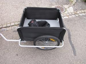 Veloanhänger kann einfach mittels fest montierter Anhängerkupplung am Elektromobil montiert werden