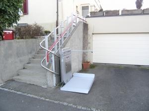 Rollstuhllift PLK8 über Aussentreppe, Zugang zu Einfamilienhaus, Haltestelle nach 180°-Kurve, Plattform fahrbereit