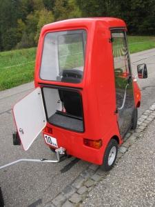 Seniorenmobil GC solo, elektrisch, mit geöffnetem Kofferraum und Fahrradanhänger