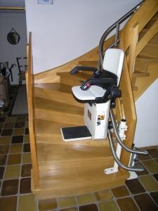Treppenlift Holztreppe innen, über 2 Kurven, Sitzlift während der Fahrt
