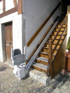 Treppenlift für Holztreppe im Aussenbereich, Sitzlift geschlossen
