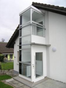 Liftanbau bei Einfamilienhaus, Homelift im Aussenbereich, mit Sicherheitsglas