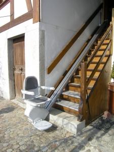 Treppenlift für Holztreppe im Aussenbereich, Sitzlift bereit zum Einsteigen